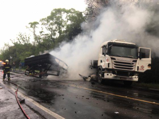 Condutor de caminhão morre carbonizado após colisão na RSC-453, em Teutônia