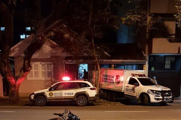Homem mata mulher de 20 anos dentro de casa no centro de Caxias do Sul