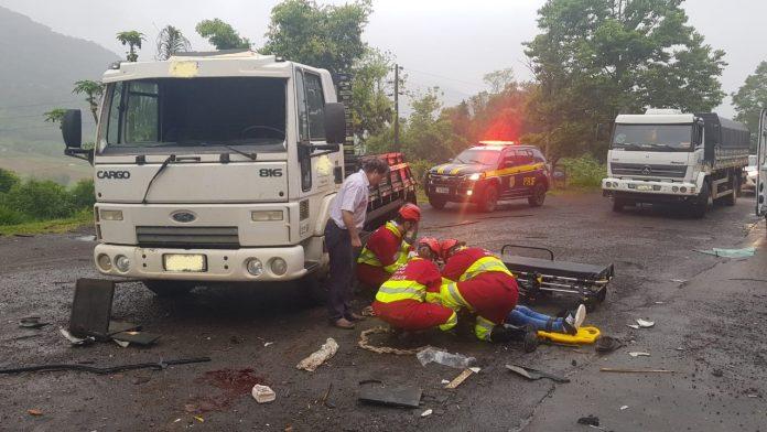 Mulher é projetada pelo para-brisa de caminhão e fica gravemente ferida após acidente na BR-386