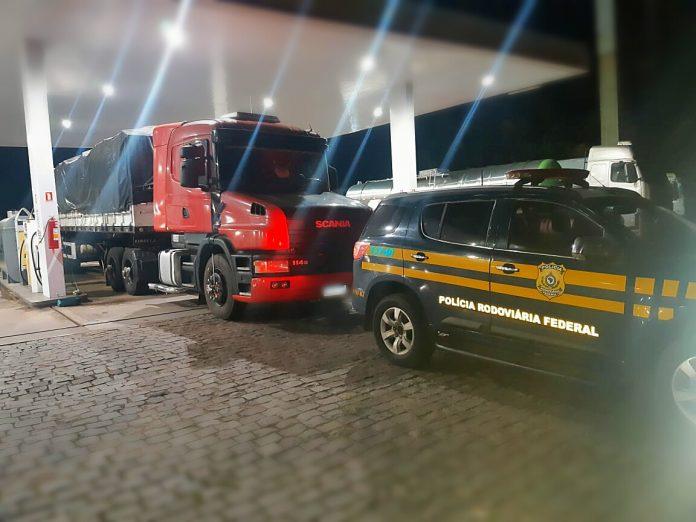 PRF apreende carreta com mais de R$ 2 milhões em contrabando na BR-386, em Montenegro