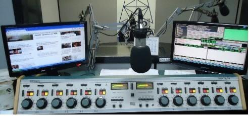 Mesa studio principal da radio atlantica
