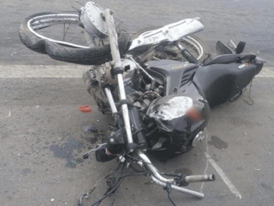 BR-373 Homem morre em forte colisão entre moto e caminhão