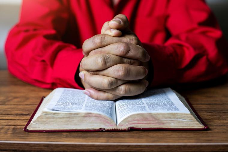 Casal da Virgínia vence batalha para realizar estudo bíblico no centro de aposentadoria