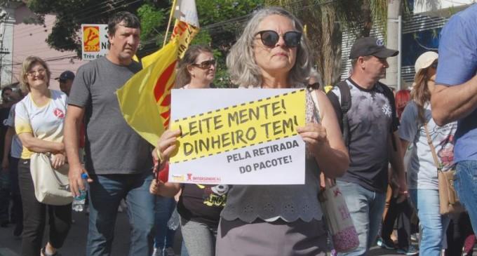 Servidores estaduais nas ruas de Pelotas contra Eduardo Leite